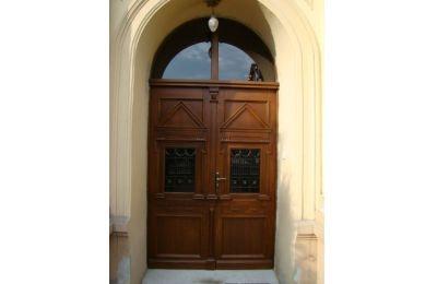 Drzwi zewnętrzne w Szkole Podstawowej nr 4 w Czechowicach-Dziedzicach