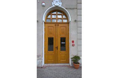 Drzwi główne w Szkole Podstawowej w Ligocie